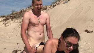 Sexe sur la plage avec une femme salope